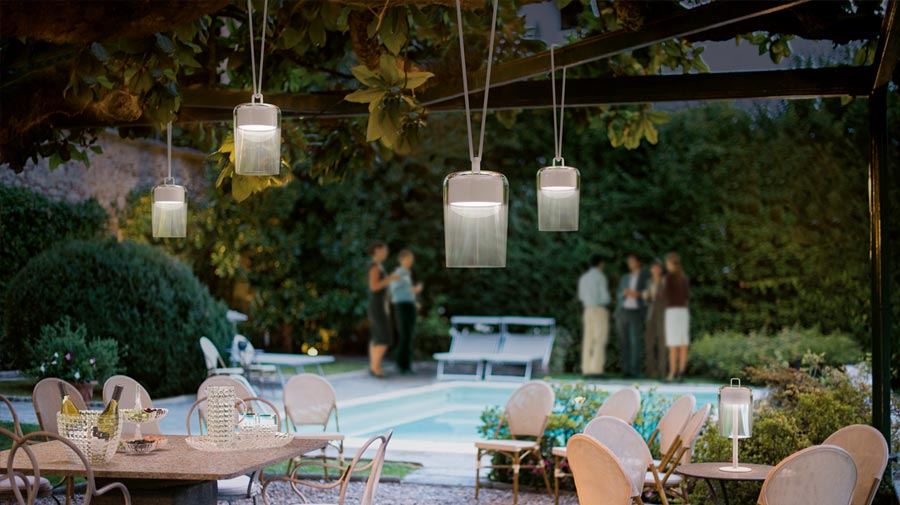 Soirée by Guzzini, the hi-tech lamp that becomes a chic lantern