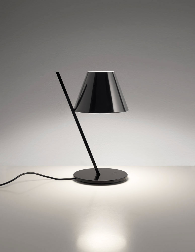 Ironic and with a minimalist design, La Petite lamp reinterprets the concept of table lamp. It consists of two basic elements with an aesthetic balance: a plastic diffuser supported by an...