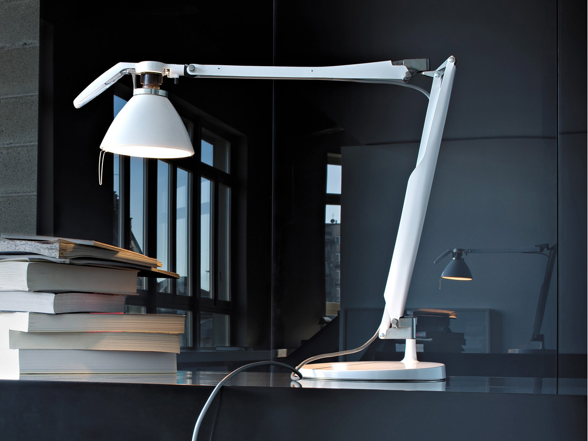 An iconic piece by Luceplan, Fortebraccio is a highly adjustable lamp which is characterized by a handle mounted on the lampshade for easy operation.