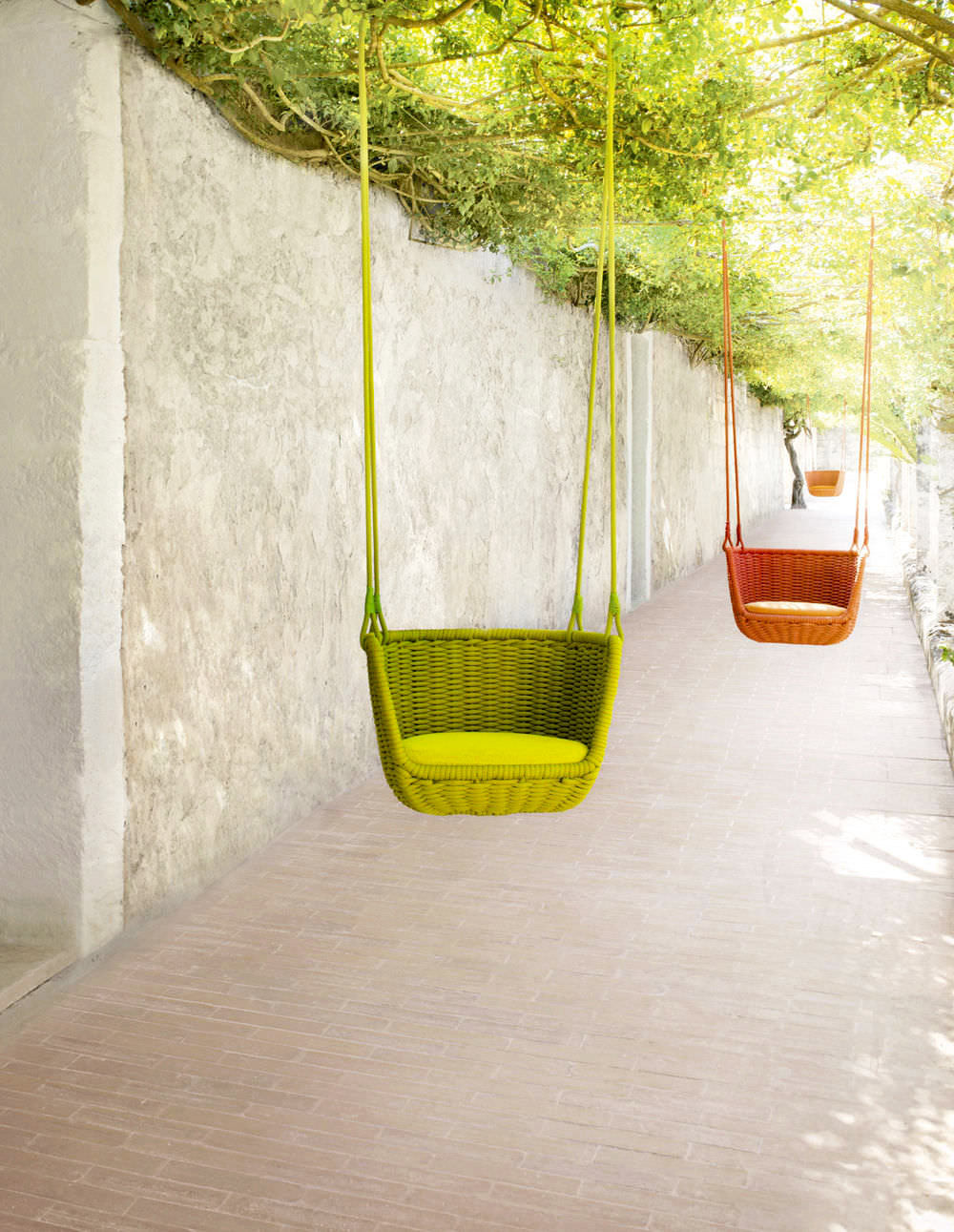 This garden chair is, in fact, a swing with a wicker seat. Adagio is available in a variety of different colours. Suspension cables can be either monochrome or two-toned, woven together around a...
