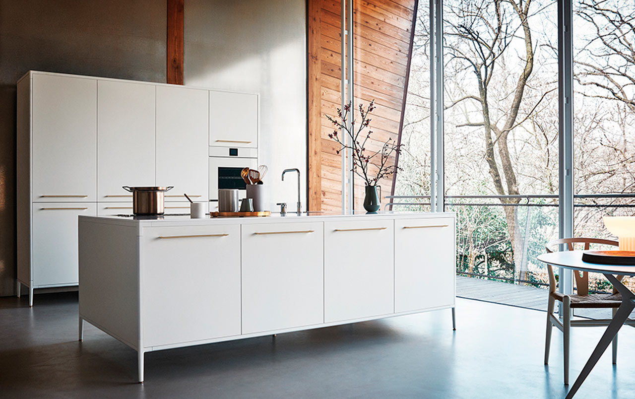 Kitchen design ideas: freestanding units with streamlined fronts