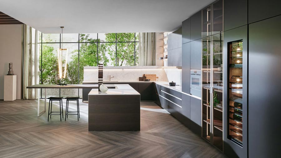 Wood and a dark colour palette: elegance in the kitchen