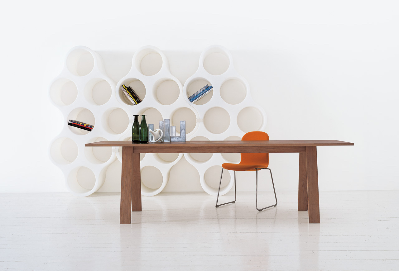 Each piece is formed by eight circular hives. Cloud bookcase, design Erwan and Ronan Bouroullec, Cappellini 2004