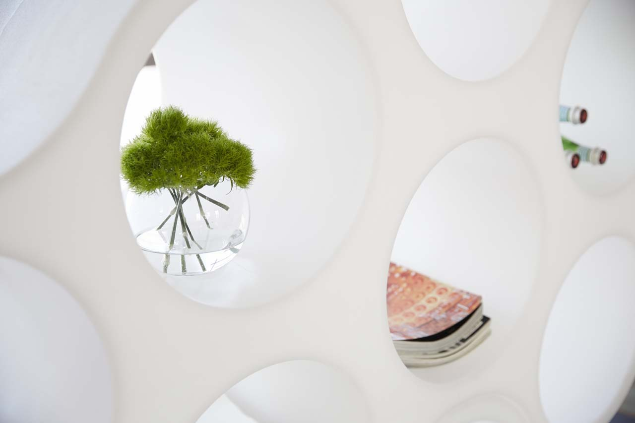 A detail of the hives. Cloud bookcase, design Erwan and Ronan Bouroullec, Cappellini 2004.