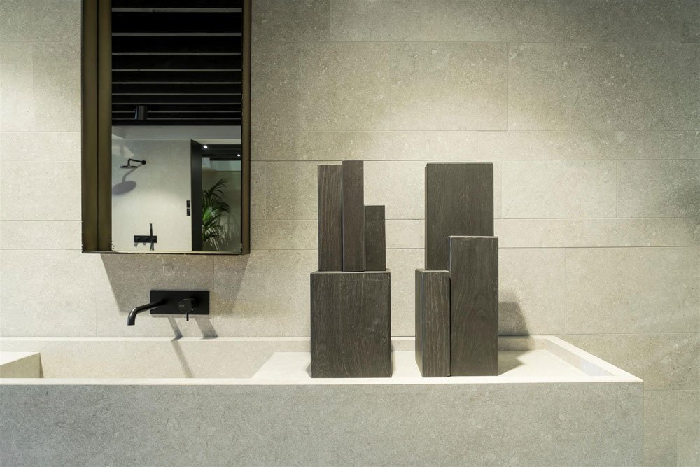 Le Reverse Elegance by Kronos Ceramiche: the stone-effect total-look