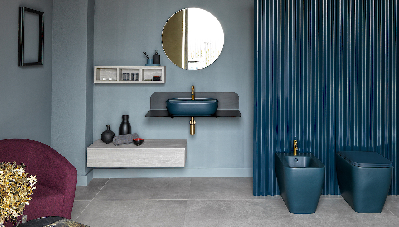 Plana, a sheet metal counter for a total-look bathroom