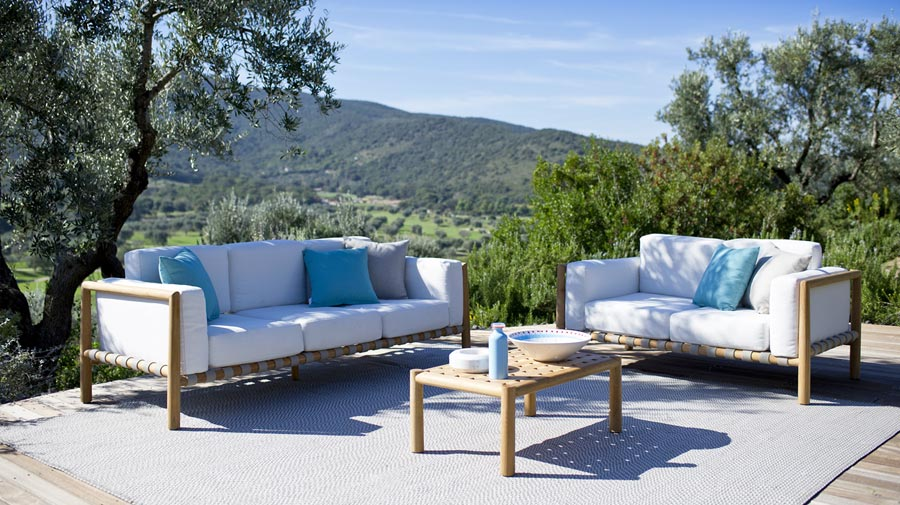 Pevero by Unopiù, the enveloping and rigorous outdoor living room