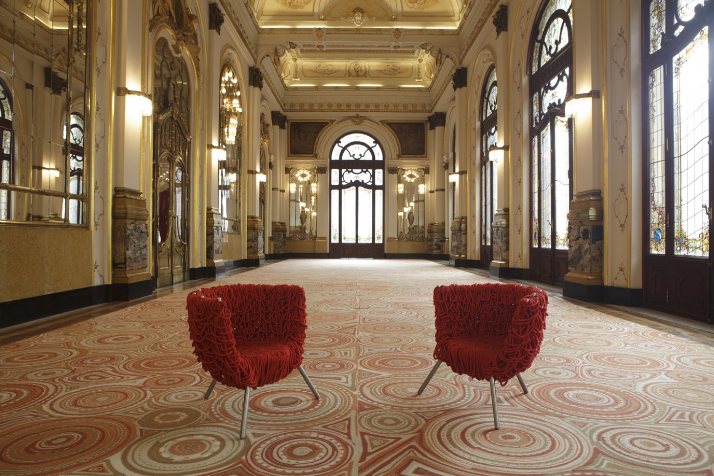 Sushi Carpet con Vermelha Chair al Theatro Municipal