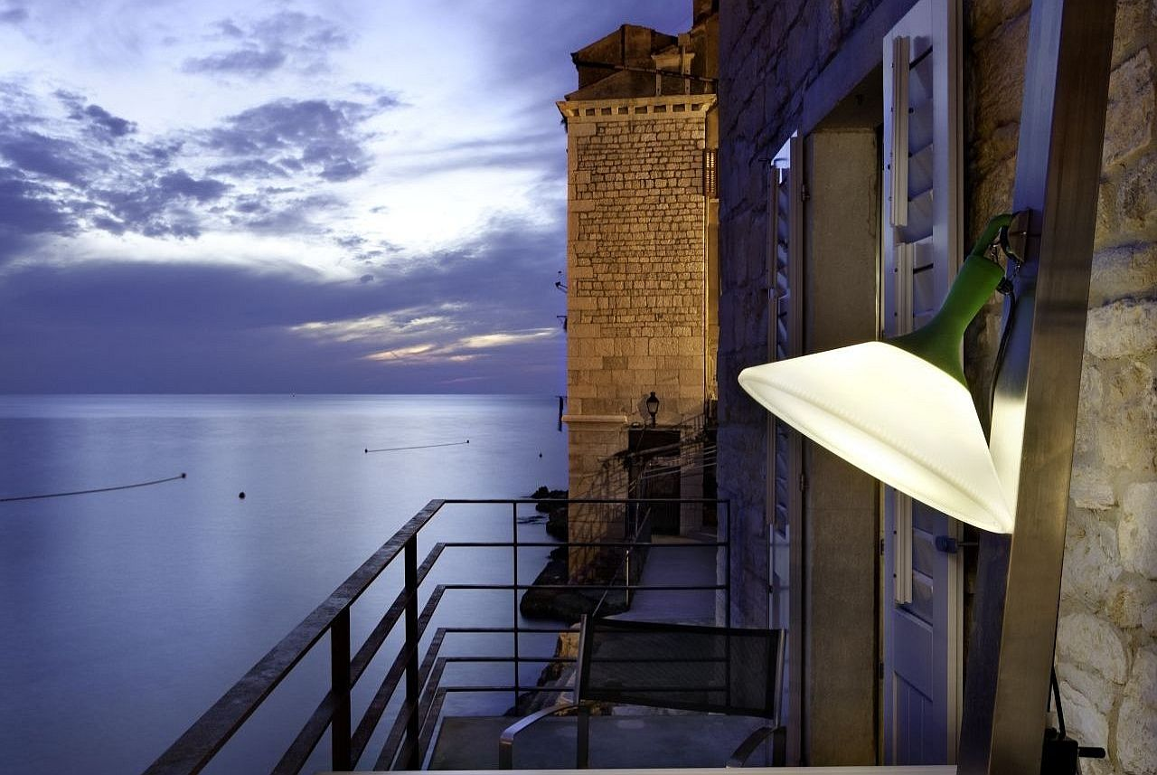 Maison M in Croatia, the allure of an ancient tower on the sea