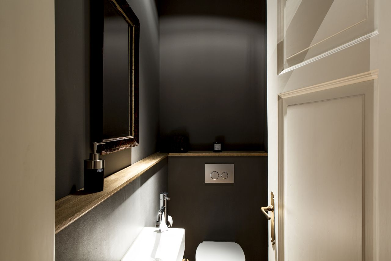 The WC elegant in grey, a simple shelf and mood lighting