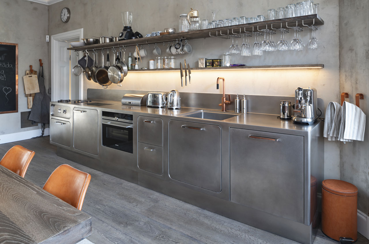 Tailor-made wall cabinets above the worktop. Kitchen by Abimis