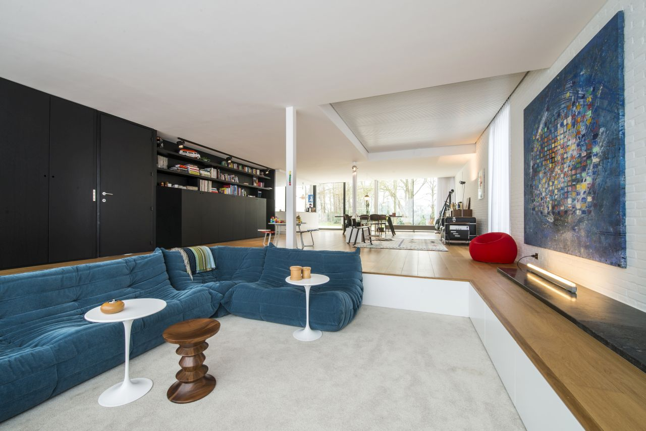 In the living room the sofas Togo by Ligne Roset and the ottoman Up by B&B Italia