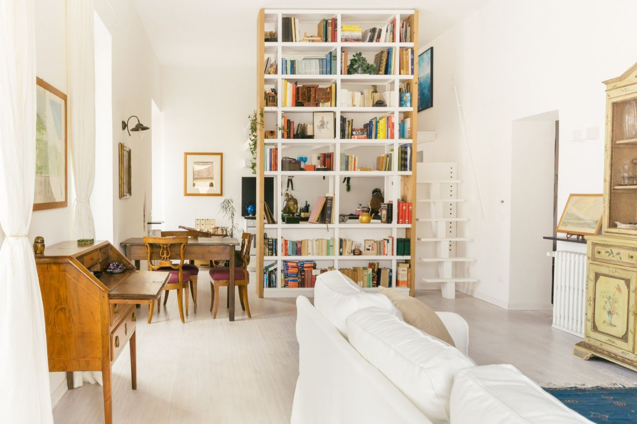 The library in the living room supports the bed loft