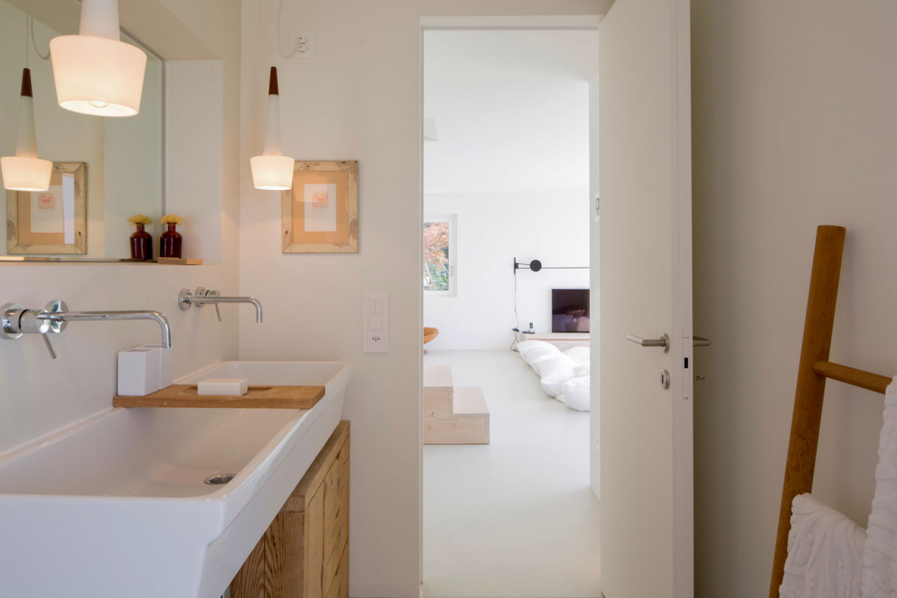 The ground floor bathroom has a large washbasin, so the little guests are able to wash their hands all together. Lugano lake, Bredaquaranta