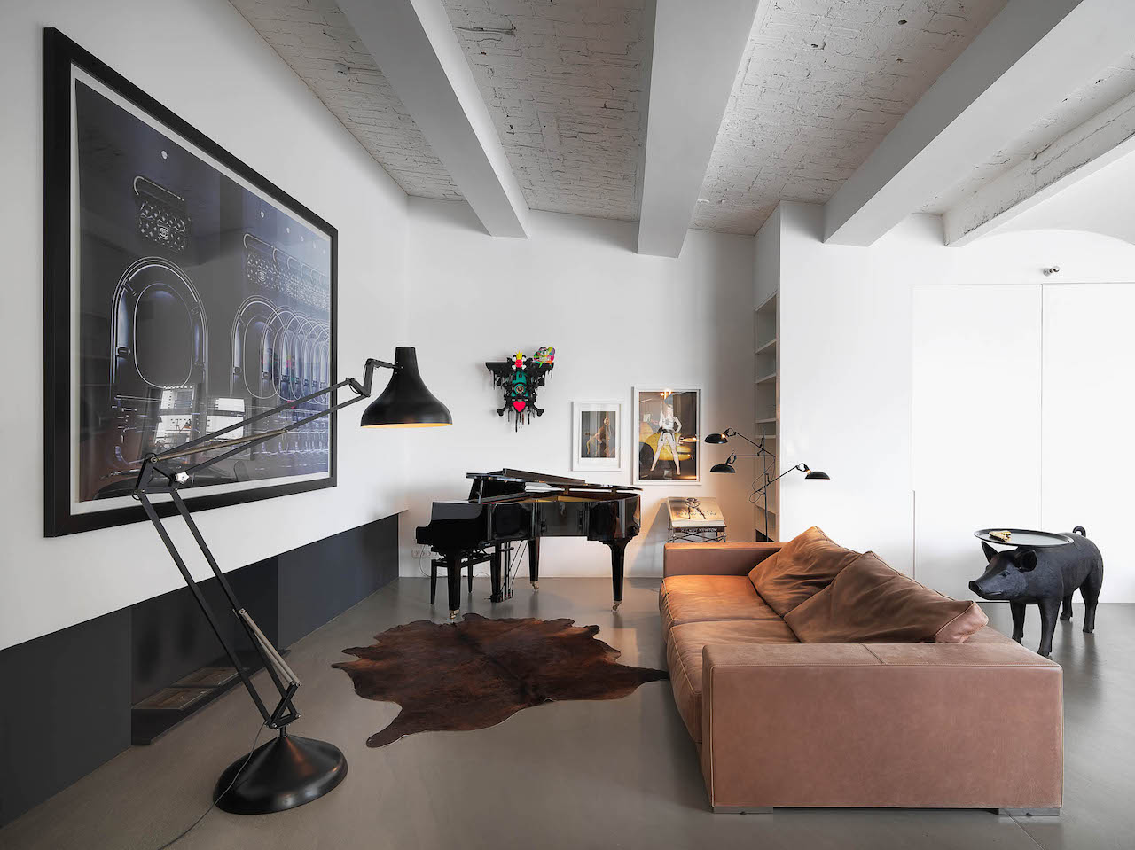 In the living room a large sofa in dusty-pink faces the fireplace, Schumann Design