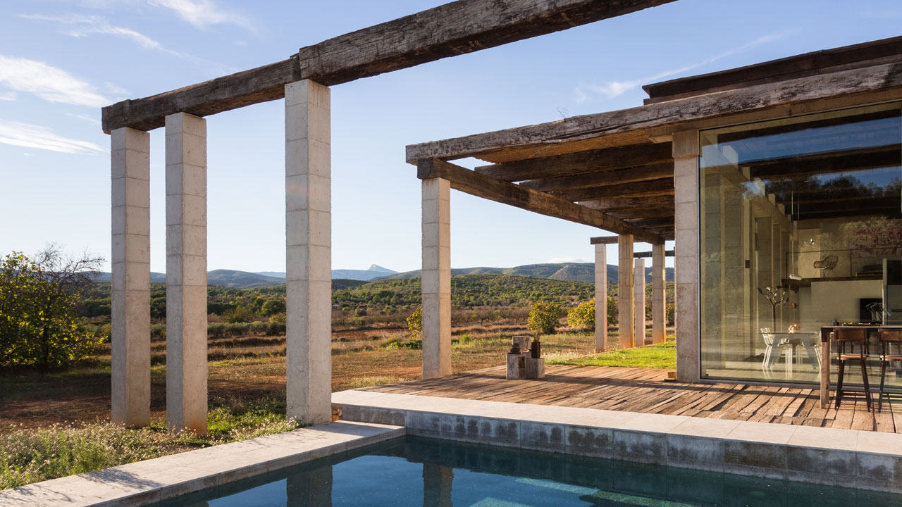The structure of the villa is formed by fifty-three, six-metre-high columns that additionally frame the landscape.