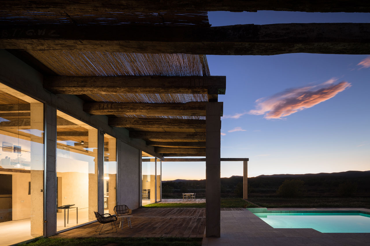 An irresistible sunset by the pool, overlooking the hills of the Penyagolosa Natural Park.