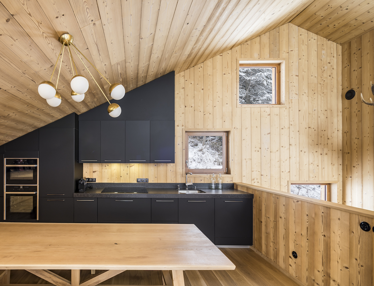 The made-to-measure kitchen, designed by the iconic French brand Schmidt, fits under the eaves.