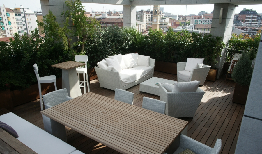 A large roof terrace, slatted timber patio and white seating: this is a classic scheme which reminds us of our holidays. Tables, armchairs and sofa from the InOut collection by Gervasoni.