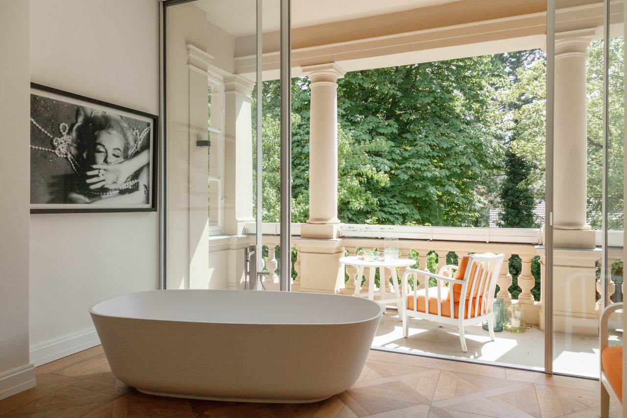 A bathroom with view and freestanding tub. Villa in Berlin, Dopo_domani