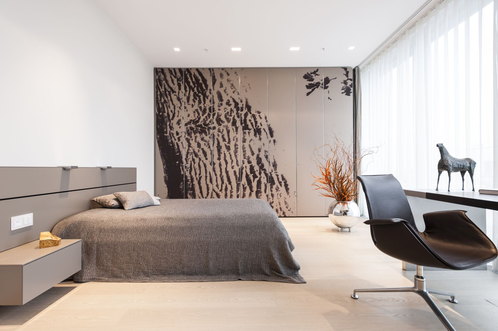 In the bedroom, prints inspired by the natural world. This creates the illusion of a much large room.