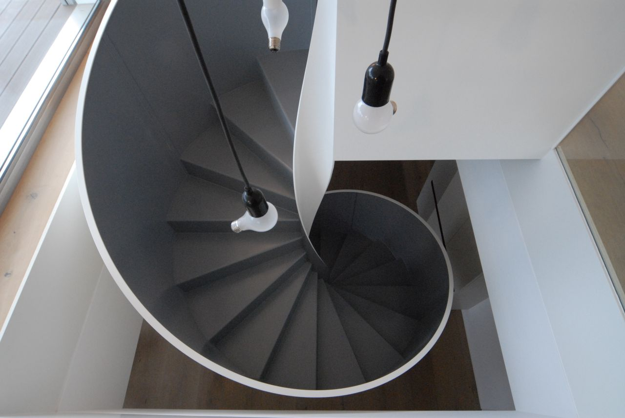 The two-tone spiral staircase in press-folded metal, structure by Metalconcept from Bolzano, North Italy