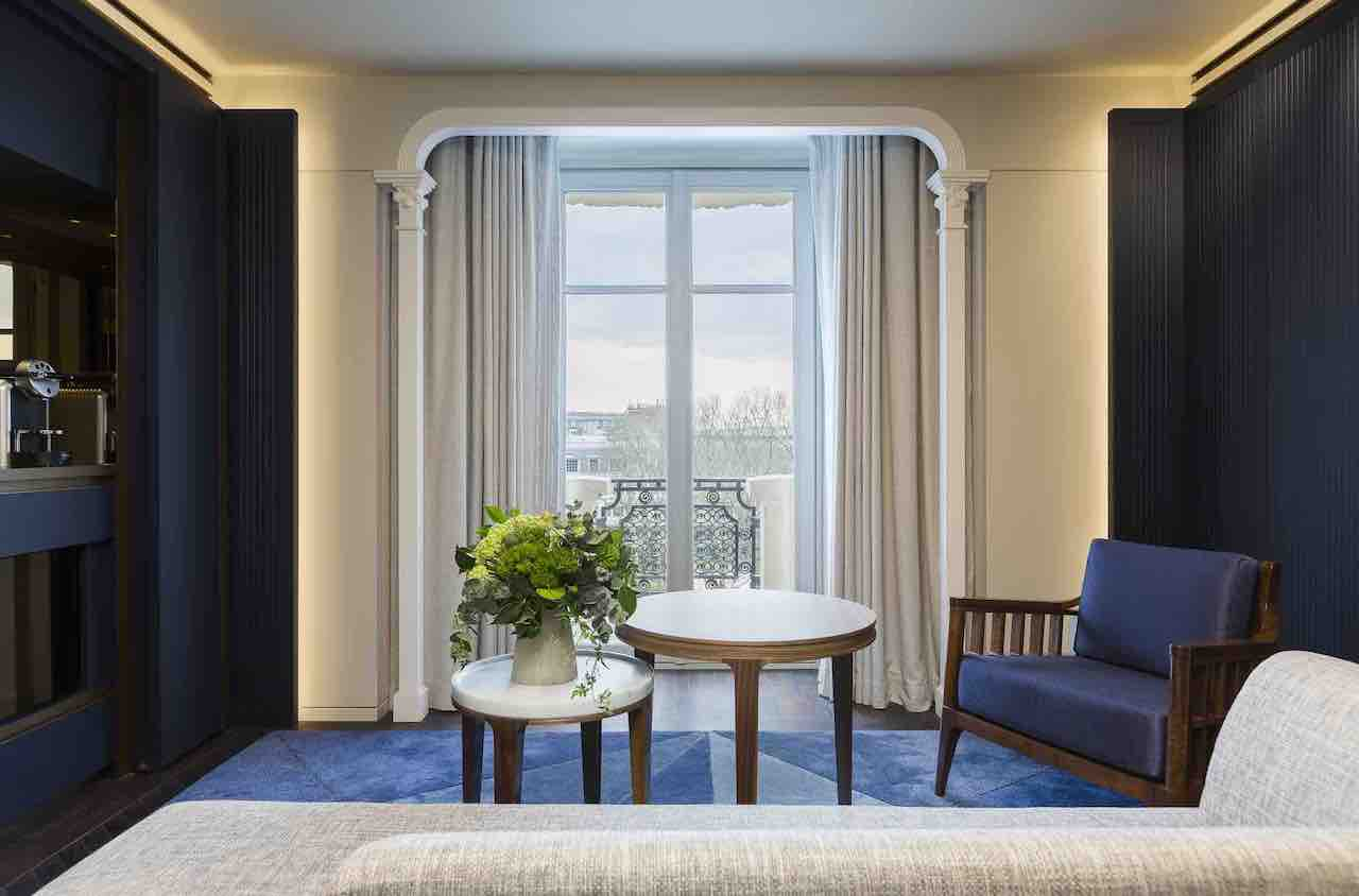A Junior Suite with a small balcony overlooking the panorama of the Saint-Germain-das-Près neighbourhood.
