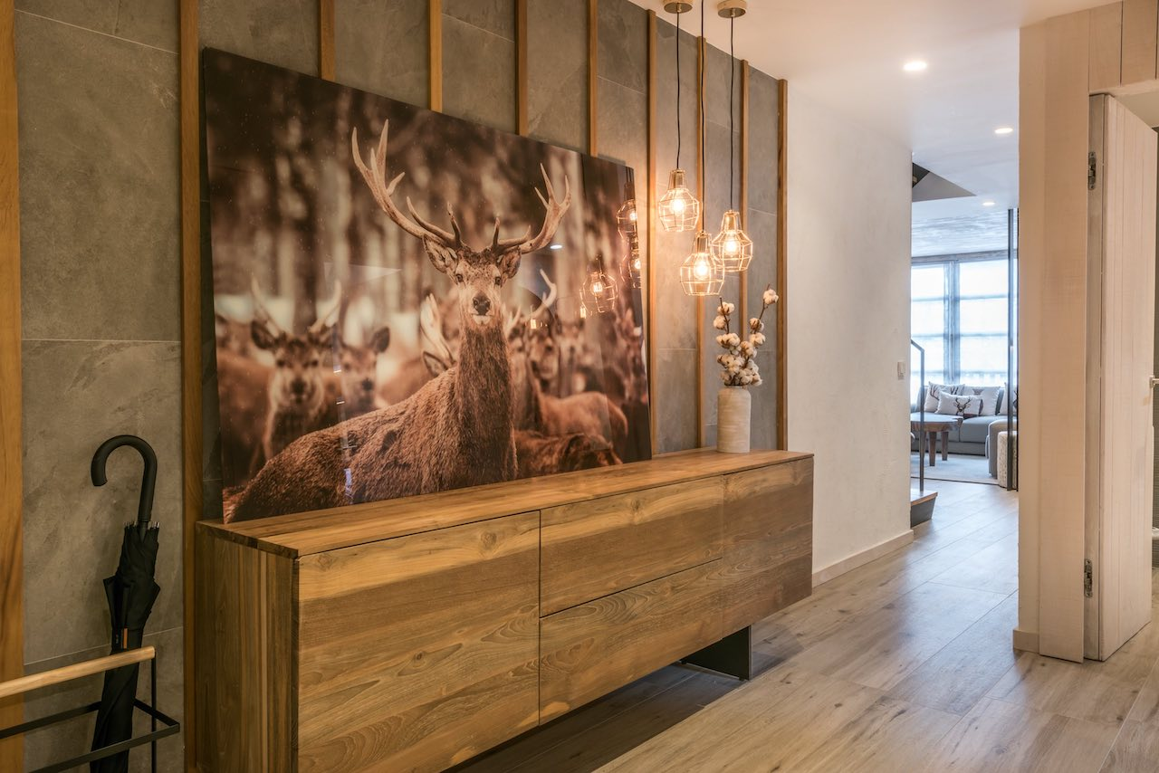 At the entrance, an enlarged photo of a deer takes the place of a hunter's trophy.