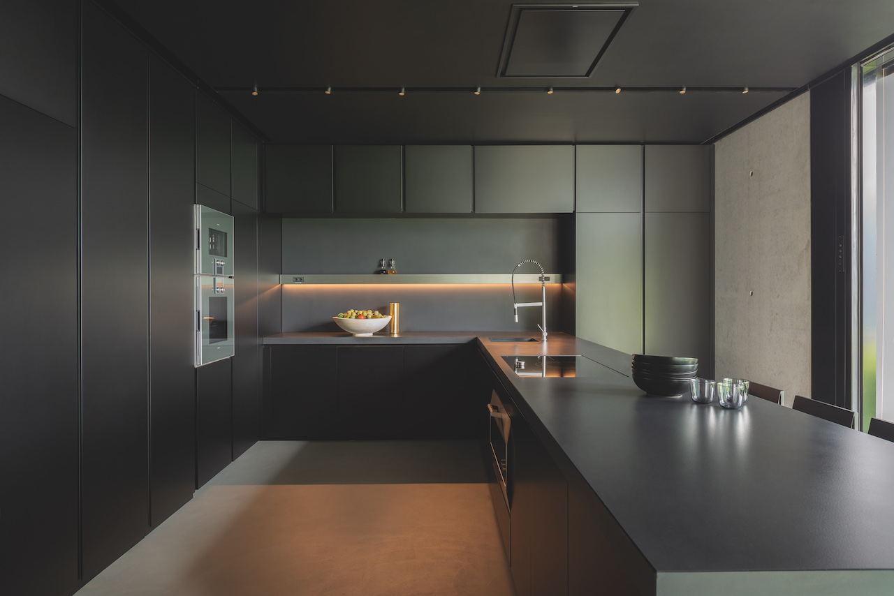 The Hi-Line 6 kitchen by Dada was designed by Ferruccio Laviani.