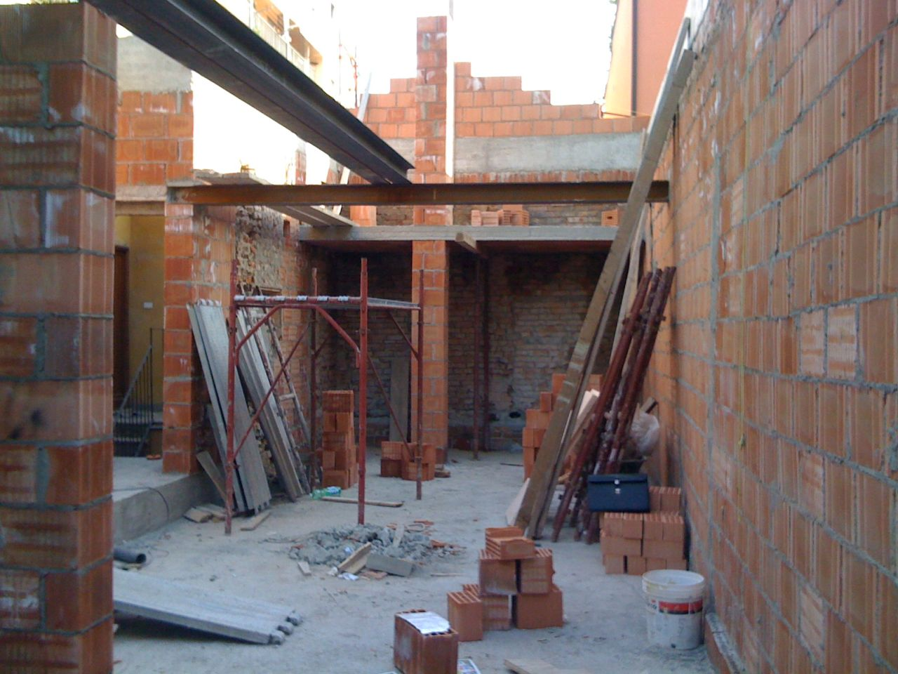 Building site: first floor and the structual beam of the walkway.