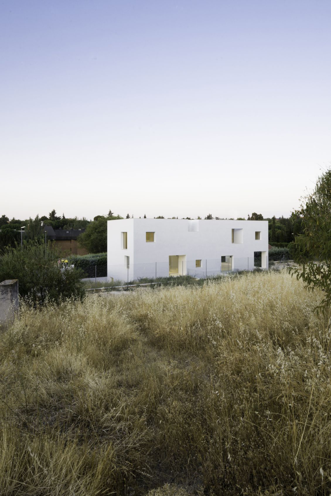 This house is a simple cuboid (20x9x9), its facade is pierced with asymmetric voids. On the north elevation: the main entrance and service core, which groups the four bathrooms.