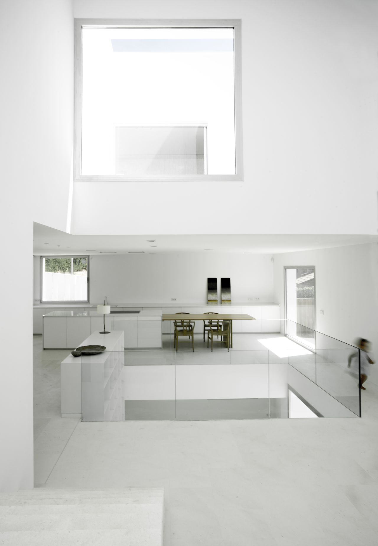 This house is nine metres wide and twenty metres long. On the short side, facing east: a custom made streamlined kitchen without shelving, in white like the rest of the décor. In the foreground:...