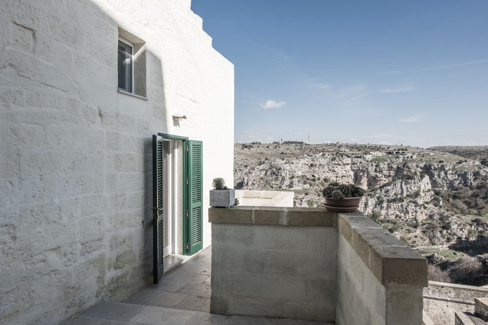 A studio in the Sassi di Matera: a successful contrast between modern and antique