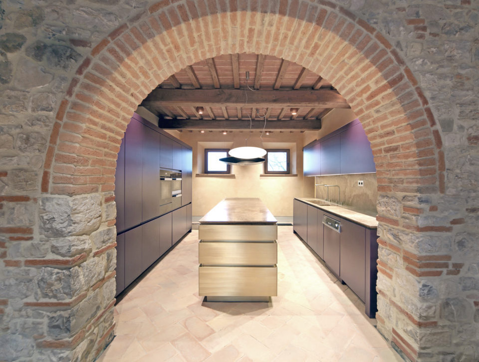The kitchen of the refurbished farm in Tuscany. Chelli Progetto Luce