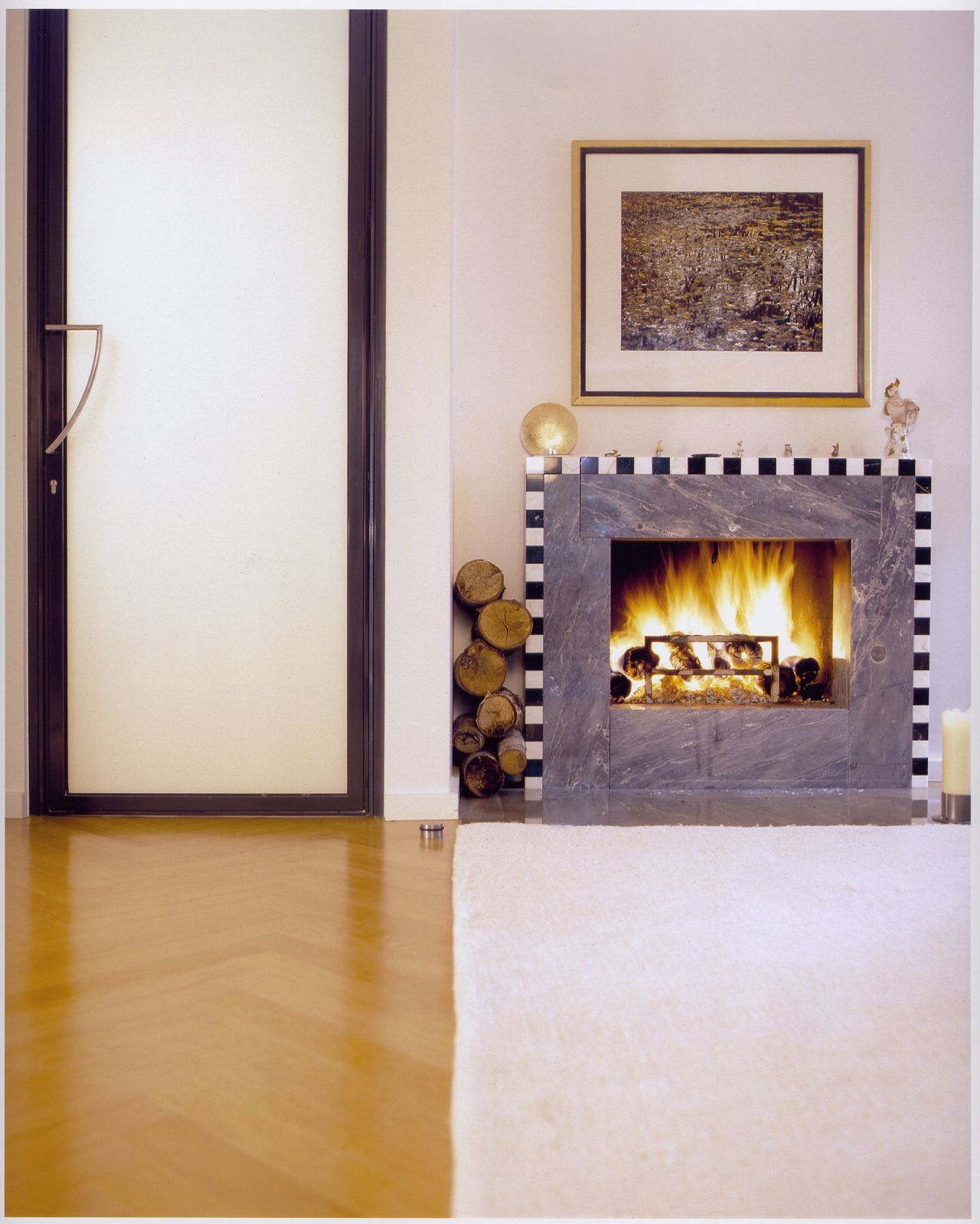 In the living room, fireplace with a black-and-white geometric pattern. Dopo-domani, Berlin
