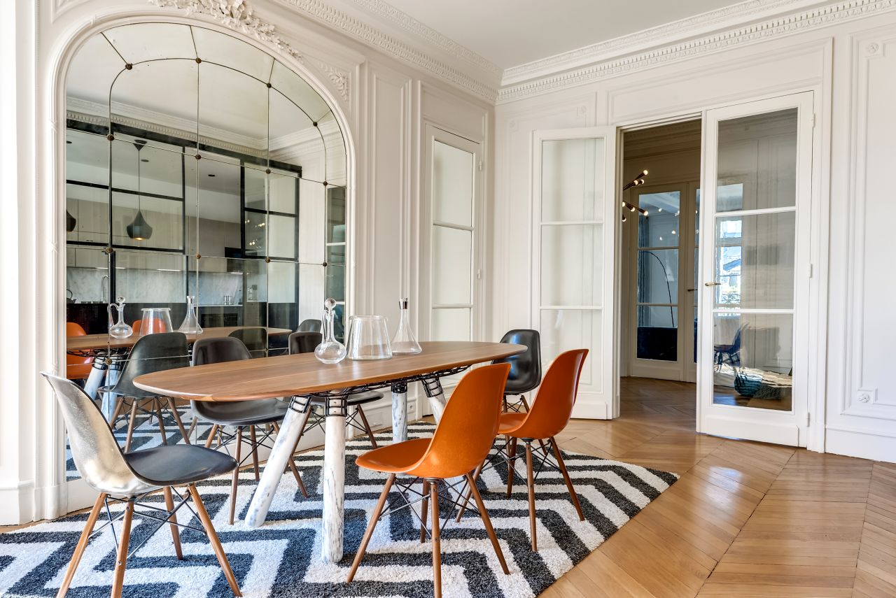 Home renovation a chic parisian apartment for Arredamento stile parigino