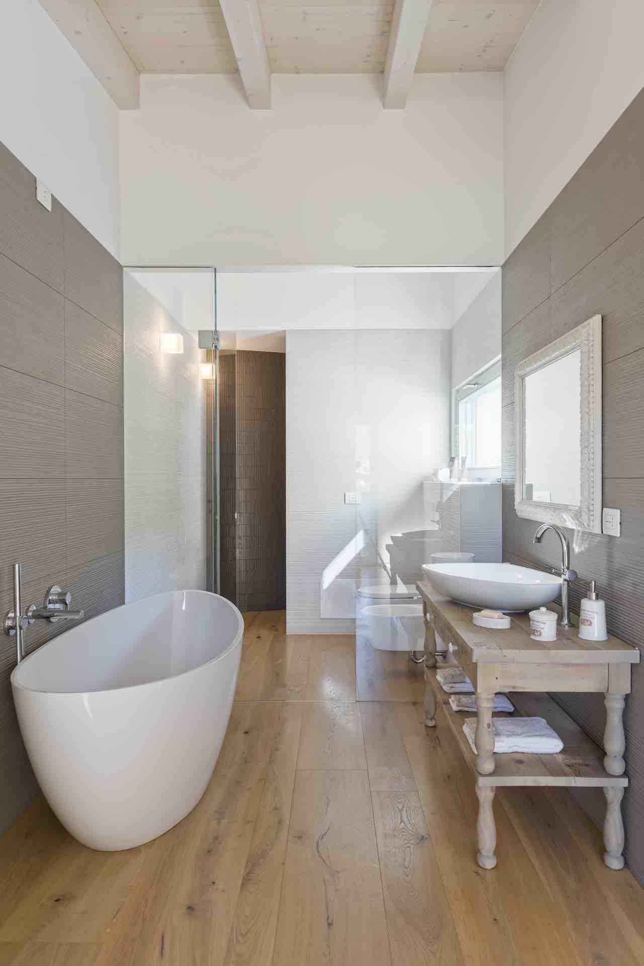 In the bathroom, a winning combination of modern design and vernacular wooden furniture.