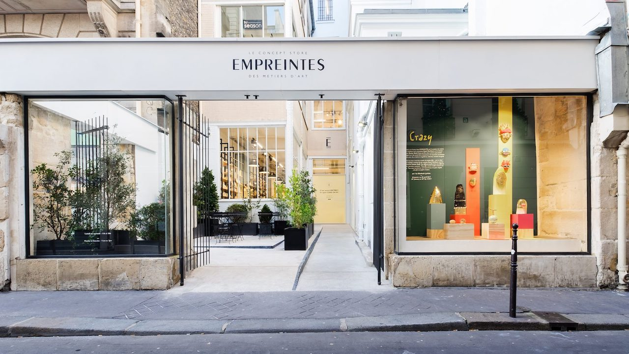 The shop windows and the tiny courtyard at the Empreintes entrance, in rue de Picardie, Paris