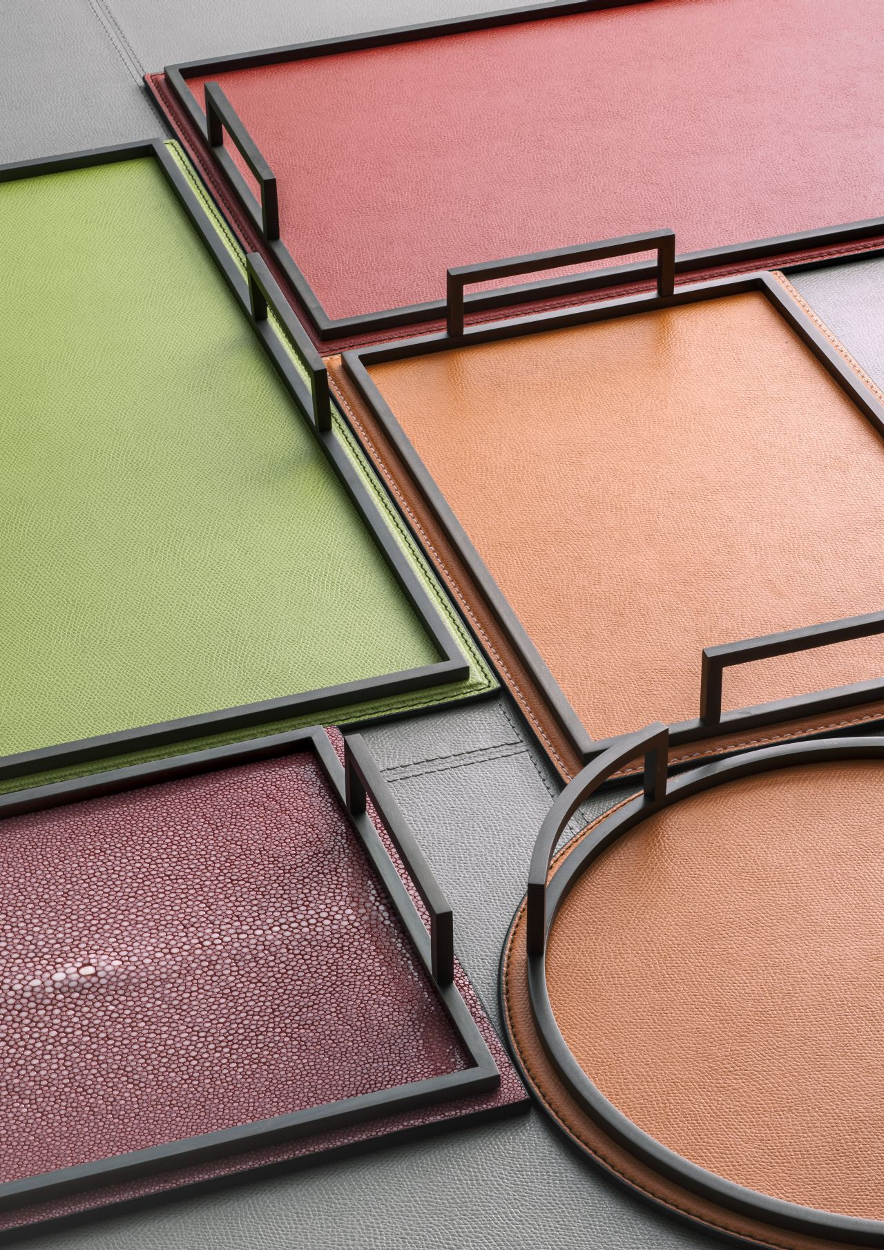Trays in calf leather with bronze frame.