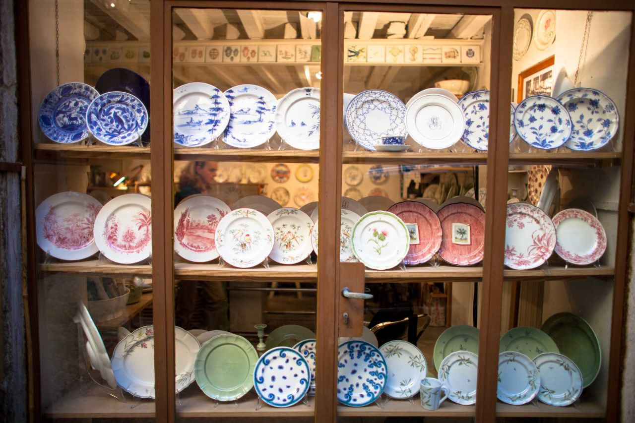 The window display with the plates of Laboratorio Paravicini