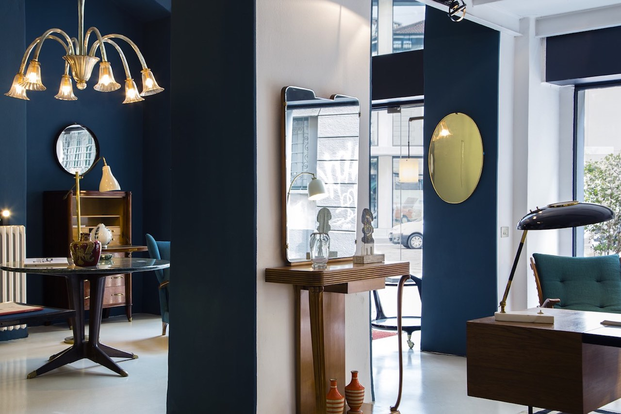 Officina Antiquaria is close to Porta Volta, at the heart of the new design district