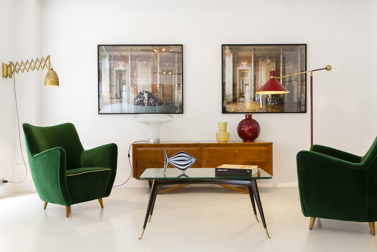 '50s living space with armchairs upholstered in velvet, small table inspired by Gio Ponti, lamps by Stilnovo