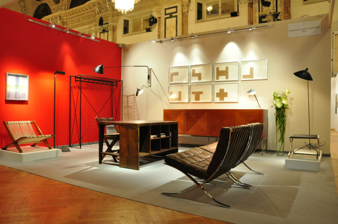 The temporary exhibition «Art & Antique Hofburg Vienna». In the foreground, the Barcelona Chair, designed in 1929 by Mies van de Rohe.