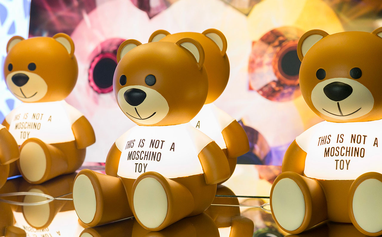 Lampada Toy, design Moschino by Jeremy Scott, Kartell 2018.